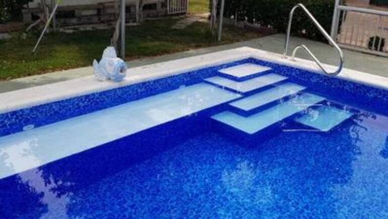 Piscina en azul profundo, elegante y vistosa